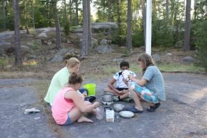 På kvällen lagade deltagarna blåbärskräm utomhus.