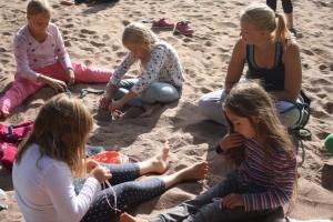 Många ville knyta knopar på stranden.